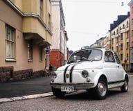 Schöne Stadt und kleines Auto lizenzfreies stockbild