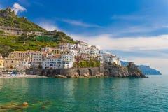 Schöne Stadt von Amalfi, netter contrasty Himmel, Amalfi-Küste, Kampanien, Italien stockbild