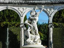 Schöne Statue des Kampfes im Garten in Paris am sonnigen Tag stockfotografie