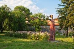 Schöne Statue einer jungen Frau in Vidin, Bulgarien stockbilder