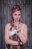 Schöne steampunk Frau im Korsett, das Ruhegeste macht lizenzfreie stockfotografie