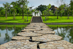 Schöne Steinbrücke über dem See im Park Stockfotografie