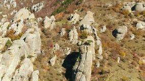 Schöne Steine und Felsformationen in den Bergen schuß Schattenbild des kauernden Geschäftsmannes stock footage