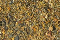 Schöne Steinlüge im klaren woter Lizenzfreies Stockbild