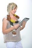 Schöne Stellung herauf die blonde ältere Frau, die mit Tablet-PC arbeitet Lizenzfreie Stockfotografie