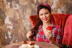 Schöne Stift-obenfrau, die an einem Tisch in einem Café sitzt stockbilder