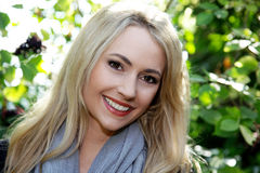 Schöne stilvolle blonde Frau Stockfotografie