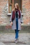 Schöne stilvolle junge Frau Blue Jeans eines in den modischen Schuhen der warmen Schals und gemütlichen im Mantel, die allein geg Lizenzfreie Stockfotografie