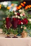 Schöne stilvolle Luxusdekoration mit Blumenkerzenständertabelle Stockfoto