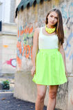 Schöne stilvolle Modefrau an der Graffitiwand Lizenzfreies Stockbild