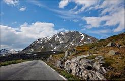 Schöne Straße, die über dem Geirangerfjord unter dem mountai wickelt Stockbild