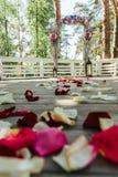 Schöne Straße mit dem rosafarbenen Blumenblatt für eine Hochzeit Stockbilder