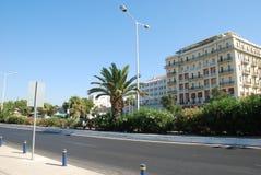 Schöne Straße mit Palmen und teuren Hotels in Kreta stockbild