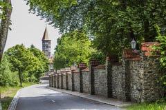 Schöne Straße in Richtung einer Abtei von St. Maurice und von St. Maurus von Clervaux in Luxemburg lizenzfreie stockfotos