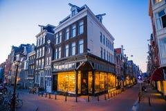 Schöne Straße und alte Häuser in Amsterdam, die Niederlande, Nordholland Provinz Im Freienfoto Stockbild