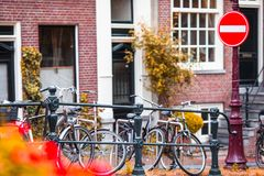 Schöne Straße und alte Häuser in Amsterdam, die Niederlande, Nordholland Provinz Im Freienfoto Lizenzfreie Stockfotografie