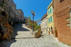 Schöne Straße von Castelsardo-Stadt Stockfoto