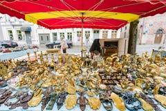Schöne Straßenansicht und Straßenhändler der Brügge-Stadt stockbilder