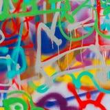 Schöne Straßenkunst-Graffitinahaufnahme Abstrakte kreative Zeichnungsmodefarben auf der Wand der Stadt Städtisches modernes Stockbilder
