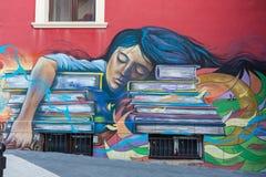 Schöne Straßenkunstgraffiti Abstrakte kreative Zeichnungsmodefarben auf den Wänden der Stadt Städtischer Zeitgenosse Stockbilder