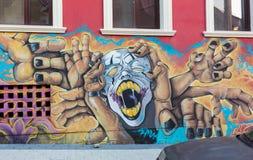 Schöne Straßenkunstgraffiti Abstrakte kreative Zeichnungsmodefarben auf den Wänden der Stadt Städtischer Zeitgenosse Stockfotografie
