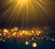 Schöne Strahlen des Lichtes mit Funkeln beleuchtet Schmutzhintergrund, g Stockfotos