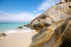 Schöne Strand Klippe stockfotos