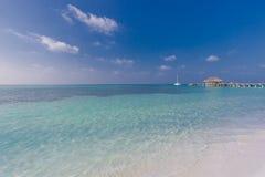 Schöne Strandlandschaft in Malediven-Insel Ruhiges blaues See- und Wasserlandhaus Luxusreiseferienort lizenzfreies stockbild