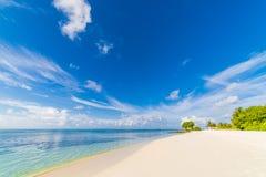 Schöne Strandlandschaft Sommerferien und Ferienkonzept Inspirierend tropischer Strand Strandhintergrundfahne lizenzfreie stockfotografie