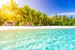 Schöne Strandlandschaft Sommerferien und Ferienkonzept Inspirierend tropischer Strand Strandhintergrundfahne stockfoto