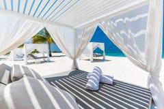 Schöne Strandszene und Strandüberdachung für Luxusstrand- und Sommerferien- und Ferienkonzept Inspirierend tropischer Hintergrund stockbilder