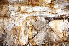 Schöne strukturierte Steine am Strand auf harmonische Art gibt a Lizenzfreies Stockbild