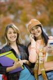 Schöne Studenten auf dem Campus Lizenzfreie Stockfotos