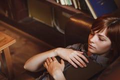 Schöne Studentin In eine Universitätsbibliothek Stockfoto