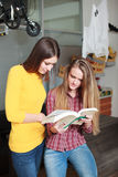 Schöne Studentinuniversitätsbibliothek Lizenzfreies Stockfoto