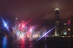 Schöne Superweitwinkelsommervogelperspektive von Hong Kong-Inselskylinen, Victoria Bay-Hafen, mit Wolkenkratzern, blauer Himmel Stockfoto