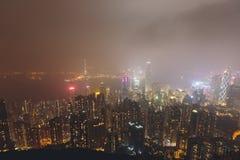 Schöne Superweitwinkelsommervogelperspektive von Hong Kong-Inselskylinen, Victoria Bay-Hafen, mit Wolkenkratzern, blauer Himmel Lizenzfreie Stockfotos