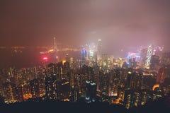Schöne Superweitwinkelsommervogelperspektive von Hong Kong-Inselskylinen, Victoria Bay-Hafen, mit Wolkenkratzern, blauer Himmel Stockbilder