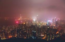 Schöne Superweitwinkelsommervogelperspektive von Hong Kong-Inselskylinen, Victoria Bay-Hafen, mit Wolkenkratzern, blauer Himmel Lizenzfreie Stockbilder