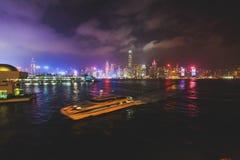 Schöne Superweitwinkelsommervogelperspektive von Hong Kong-Inselskylinen, Victoria Bay-Hafen, mit Wolkenkratzern, blauer Himmel Stockfotografie