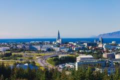 Schöne Superweitwinkelvogelperspektive von Reykjavik, Island mit Hafen- und Skylinebergen und Landschaft über der Stadt hinaus, g Lizenzfreies Stockfoto
