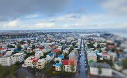 Schöne Superweitwinkelvogelperspektive von Reykjavik, Island mit Hafen- und Skylinebergen und Landschaft über der Stadt hinaus, g Stockbilder