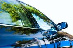 Schöne Szene nachgedacht über Auto Lizenzfreie Stockfotos
