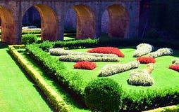 Schöne Szene verfasst durch Garten und Brücke Stockbilder