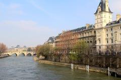 Schöne Szene von Brücken und von Architektur entlang der Seine, Paris, Frankreich, 2016 Stockbilder