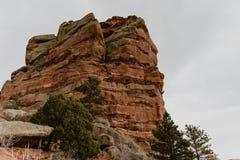 Schöne szenische Ansicht der hohen roten Felsen-Bergspitze im natürlichen Nationalpark USA Südwest stockfotos