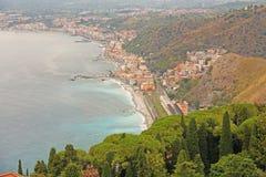 Schöne szenische Ansicht des Meeres, grünes Wald-, Taormina-` s alten der Stadt und der Etna Volcanos Die Insel von Sizilien, Ita stockbilder