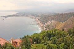 Schöne szenische Ansicht des Meeres, grünes Wald-, Taormina-` s alten der Stadt und der Etna Volcanos Die Insel von Sizilien, Ita stockbild
