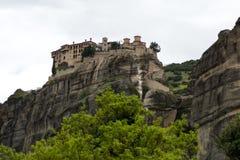 Schöne szenische Ansicht des orthodoxen Klosters in den Griechenland-Bergen Lizenzfreie Stockfotografie