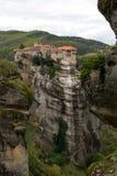 Schöne szenische Ansicht des orthodoxen Klosters in den Griechenland-Bergen Lizenzfreies Stockbild
